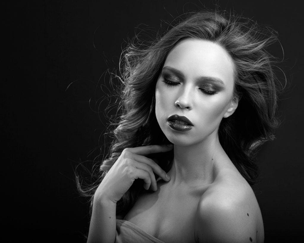 Ретушь и частотное разложение урок - чёрно-белая фотография фешн - драматический свет